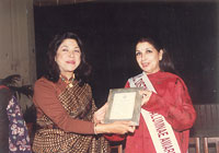 Sushma seth with award